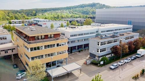 Helle Büros mit Teeküche und Empfangsbereich in Frickenhausen