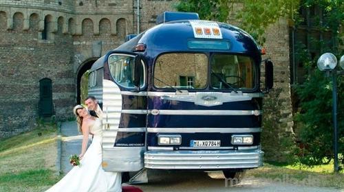 Hochzeitsauto der Extraklasse historischer Greyhound Bus von 1948