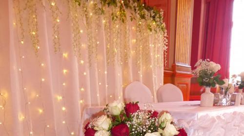Traumhafte Hochzeitsdekoration, Tischdekoration, Brauttischdekoration, Brauttisch Hintergründe, Ehrenplatz, Hochzeitsdienstleister, Fotowand, Stuhl Hussen, festlicher Saal, heirate