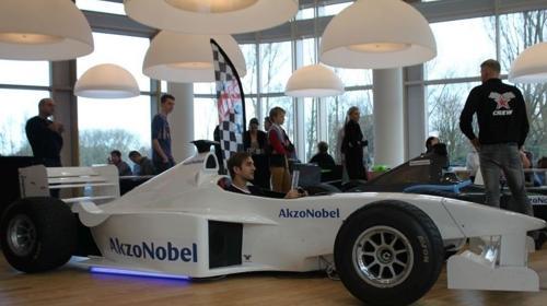 Weißer Formel 1 Rennsimulator mit eigener Firmenwerbung