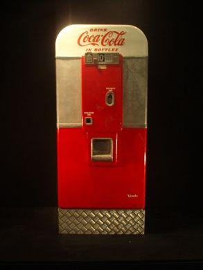 Dekofiguren mieten & vermieten - Coca Cola Automat, Coca Cola, Cola, Automat, Coke, Getränkeautomat, Dekoration, Attrappe, Event, Messe, Veranstaltung in Kamp-Bornhofen