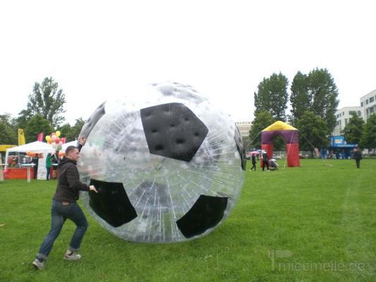 Fußball mieten & vermieten - Riesenlaufball - Zorb in Fußballoptik mieten in Schwerin