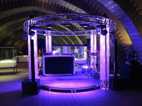 Bühne mieten & vermieten - Rundbühne 4 m mit Traversen und Licht  in Ratingen