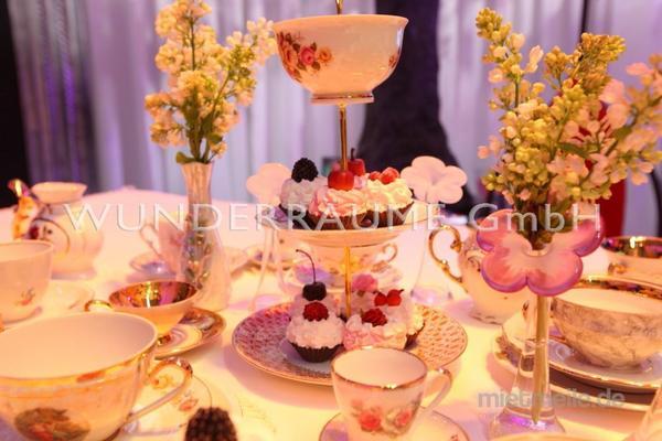 """Blumengestecke mieten & vermieten - Kaffeetafel """"Alice"""" - WUNDERRÄUME GmbH vermietet: Dekoration/Kulisse für Event, Messe, Veranstaltung, Incentive, Mitarbeiterfest, Firmenjubiläum in Lichtenstein/Sachsen"""