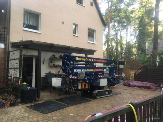 Teleskopbühnen mieten & vermieten - 25 Meter Raupen Arbeitsbühne mit Bedienpersonal in Mittenwalde