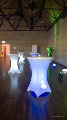 Stehtische mieten & vermieten - Stehtisch beleuchtet Ø 80cm mit Stretchhusse weiß / Akku LED Beleuchtung / Klappbar in Neunkirchen am Sand