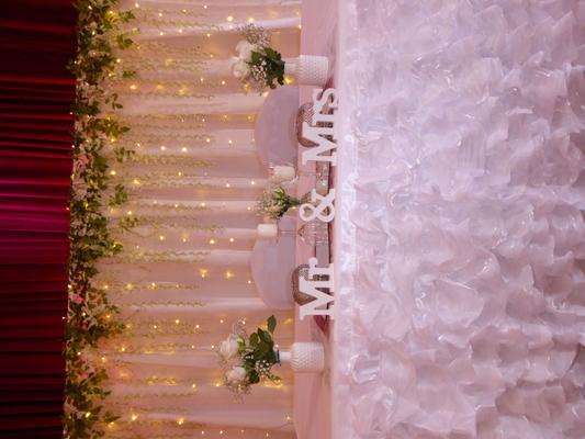 Tischdekoration mieten & vermieten - Traumhafte Hochzeitsdekoration, Tischdekoration, Brauttischdekoration, Brauttisch Hintergründe, Ehrenplatz, Hochzeitsdienstleister, Fotowand, Stuhl Hussen, festlicher Saal, heirate in Flensburg